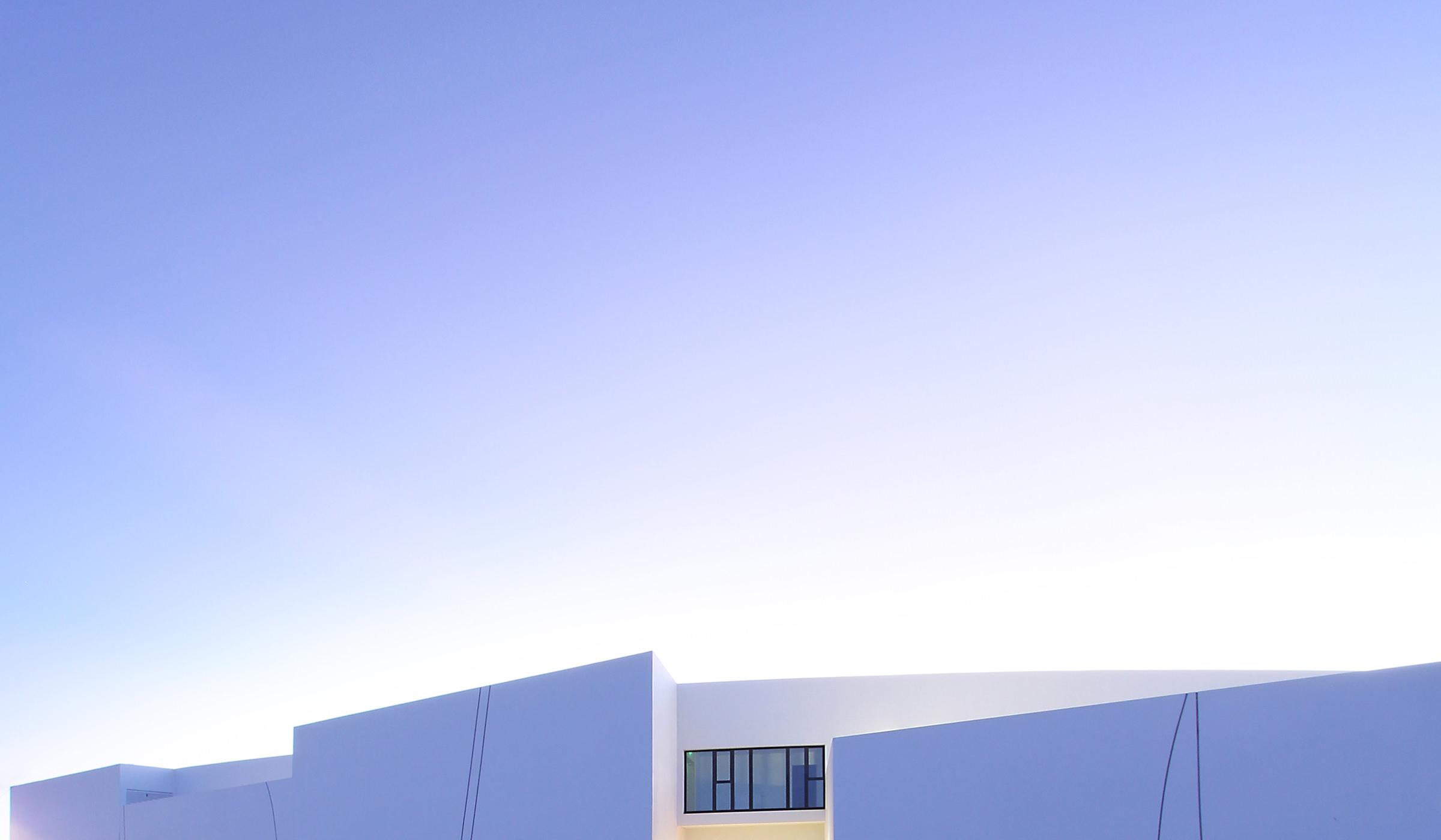 Photo de la façade bleuté de l'école des perseides à Andromède prés de Blagnac