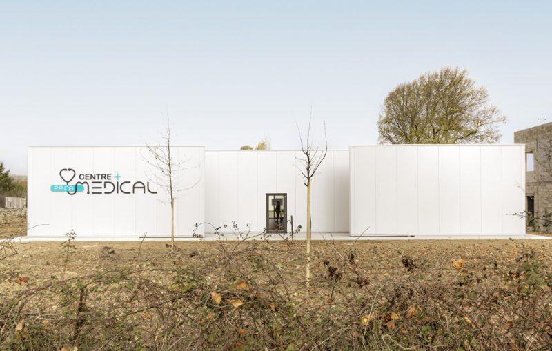 Photographie de la facade blanche du centre médical de Pibrac, inaugurationdu bâtiment tout neuf.